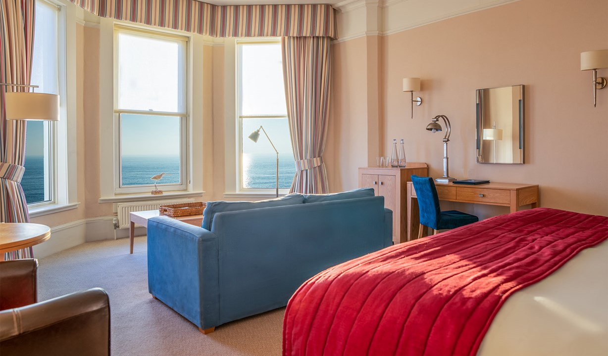 Brudenell - aldeburgh - room 101 - Deluxe Sea View - bed, sofa and seaview